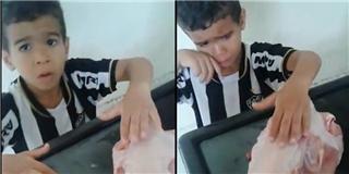 Cậu bé khóc lóc van xin mẹ để yên cho chú gà đã... bị  vặt lông