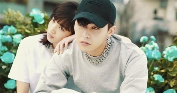 G-Dragon bất ngờ xuất hiện 'mùi mẫn' bên gái Nhật lạ mặt