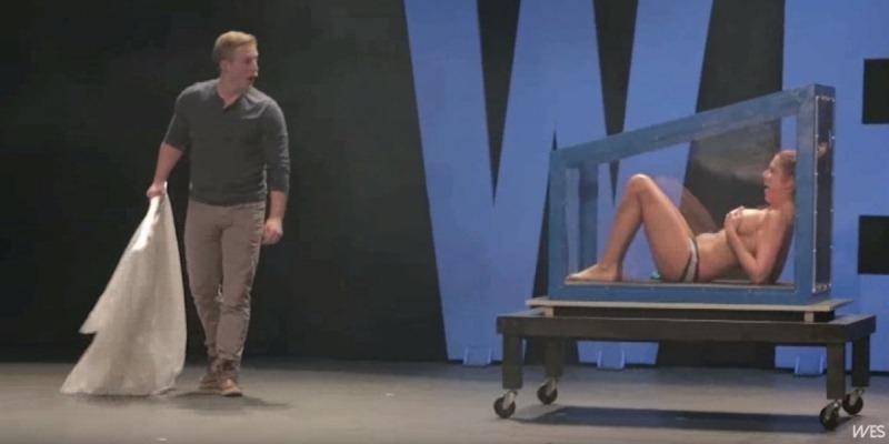 Hết hồn với màn ảo thuật... lột quần áo trên sân khấu