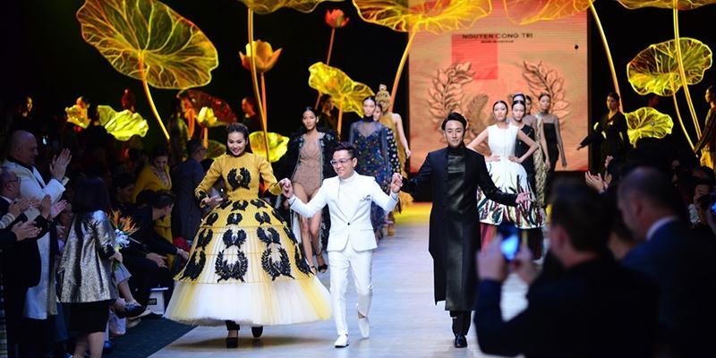 Hình ảnh hậu trường của NTK Công Trí tại tuần lễ thời trang Việt Nam