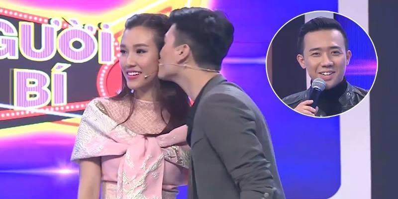 """Thách Huỳnh Anh hôn bạn gái, Trấn Thành bất ngờ bị Vân Sơn """"đá xoáy"""""""