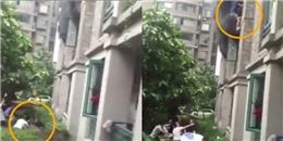 Thót tim cảnh cha ném con gái từ tầng ba khu chung cư đang bốc cháy