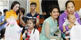 Anandi của Cô dâu 8 tuổi cùng Phi Nhung đi trao quà từ thiện