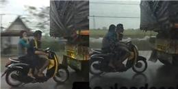 """Clip cặp đôi """"đu"""" đuôi xe tải để tránh mưa khiến dân mạng hết lời"""