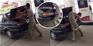 Người dân dửng dưng để cô gái bị ép nhốt vào cốp xe gây phẫn nộ