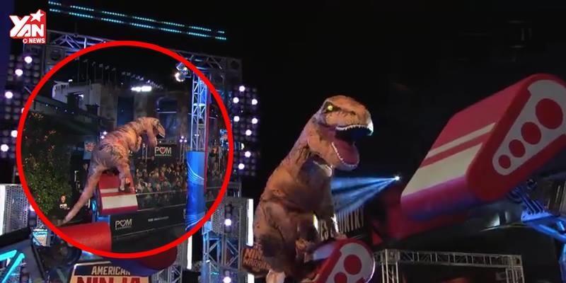 """Khủng long T-Rex xuất hiện, """"phá đảo""""  sóng truyền hình"""