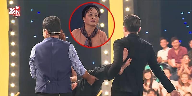 """Thí sinh """"cục cưng"""" của Trấn Thành bị khiêng vào sân khấu vì nói quá nhiều"""