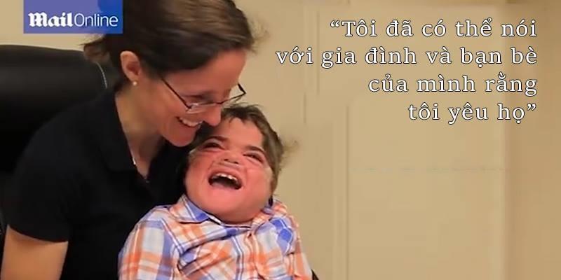 Rơi nước mắt với lần đầu tiên được nói của cậu bé bại não