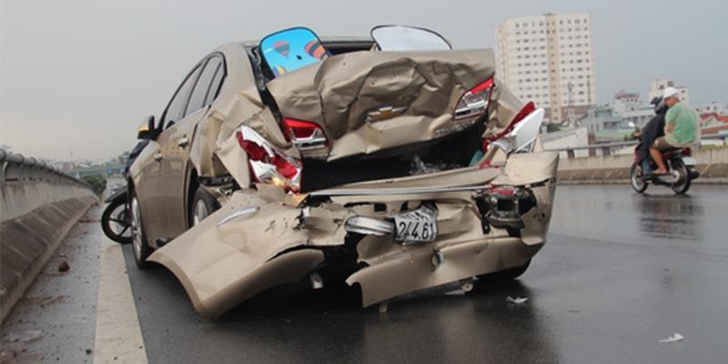 Tai nạn liên hoàn 3 ô tô đâm sầm vào nhau chỉ vì... chiếc mũ bảo hiểm