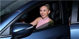 Tóc Tiên tươi cười rạng rỡ, tự lái xe đi chấm thi