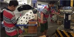 Cậu bé khuyết tật dán thùng hàng tại siêu thị và câu chuyện tình người