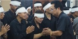 Vợ 'lão nông Chu Văn Quềnh' khóc lạc giọng trong đám tang chồng