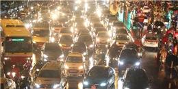 Hàng nghìn người Hà Nội không về được nhà vì ùn tắc sau mưa bão