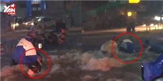 Nhiều xe máy bị cuốn trôi trên đường Sài Gòn mưa như thác lũ