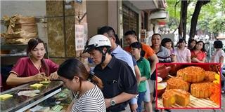 Người Hà Nội xếp hàng dài mua bánh Trung thu trước giờ G