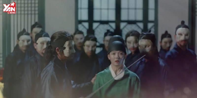 Vì cứu thái giám Hong, thế tử Lee bị đâm trọng thương