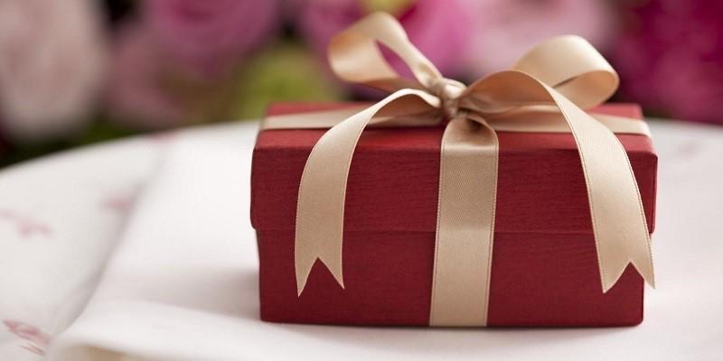 Có gì đặc biệt bên trong món quà cưới 9 năm chưa mở?