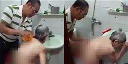 Xúc động trước sự hiếu thuận của người con trai tự tay tắm cho mẹ già
