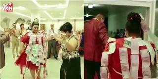 Cô dâu  chịu chơi : Mặc váy cưới hơn 5 tỷ, bốc vàng ném cho quan khách