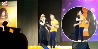 Trấn Thành Hari Won tình tứ song ca  Anh cứ đi đi  trên sân khấu
