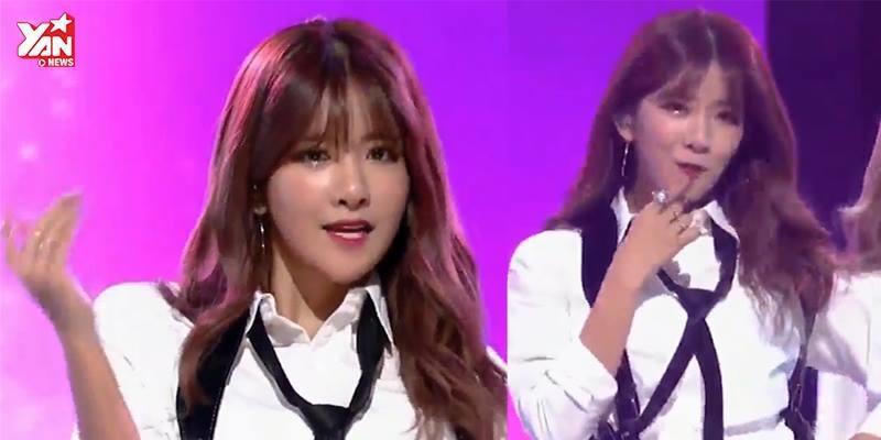 """Quên đeo mic, thành viên nhóm nhạc Kpop vẫn hồn nhiên """"khoe giọng"""""""