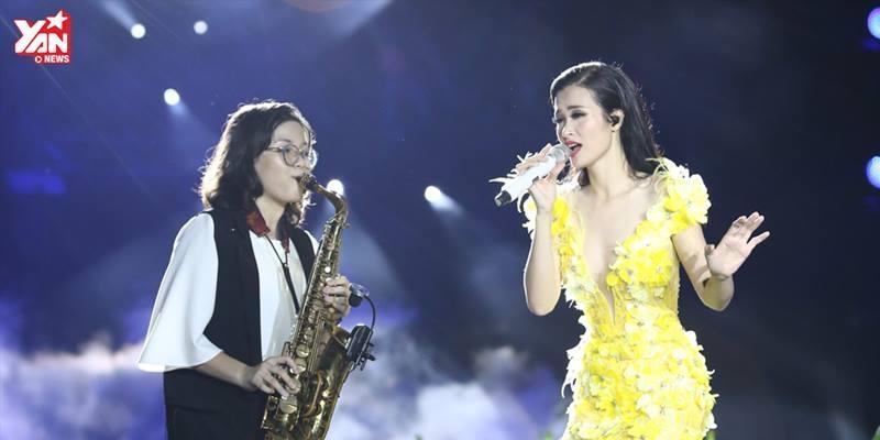"""Fan sướng rơn khi Đông Nhi hát live """"Trách ai bây giờ"""" trong liveshow"""