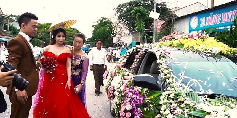 Chú rể lái xe phủ kín hoa dẫn đoàn 50 ôtô rước dâu ở Nghệ An