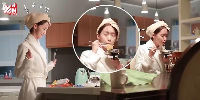 """Yoona lộ """"bản chất thật"""" khi quay cảnh ăn mì tôm trong """"The K2"""""""