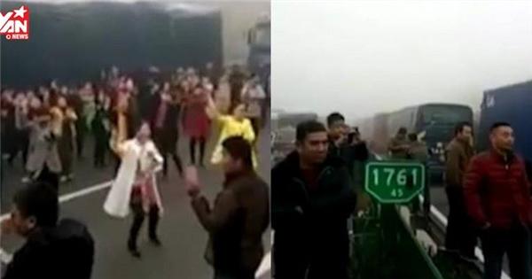 Rủ nhau nhảy Flashmob trên đường cao tốc vì kẹt xe... quá lâu