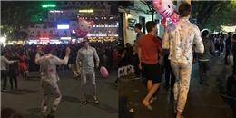 Hai anh Tây đại náo phố đi bộ với đồ ngủ màu hồng, bong bóng Kitty