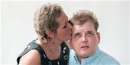 Nụ hôn xúc động của mẹ dành cho người mang gương mặt con trai đã mất