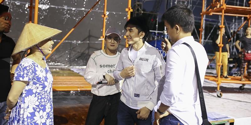 """Đan Trường, Việt Hương đội mưa tập luyện cho """"Hương Show"""""""