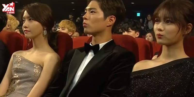 Ngồi giữa Yoona và Kim Yoo Jung, Park Bo Gum rạng rỡ nhận giải thưởng