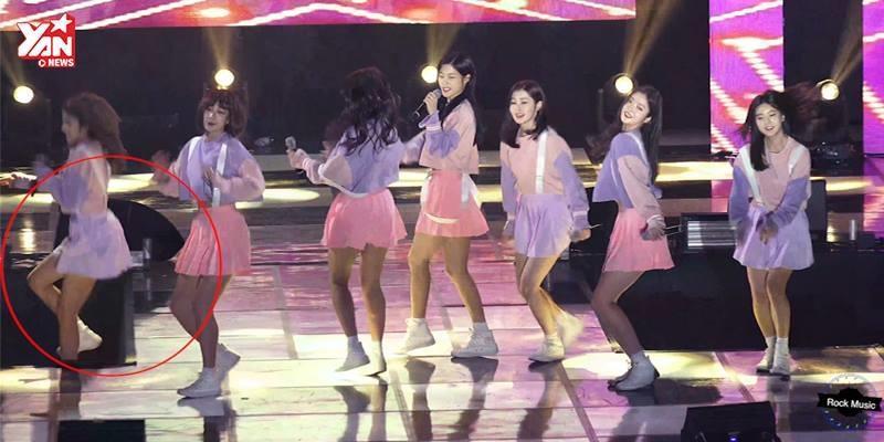 Mải mê biểu diễn, thành viên girlgroup ngã khỏi sân khấu