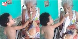 Hình ảnh bé trai đút bà ăn khiến nhiều người xúc động