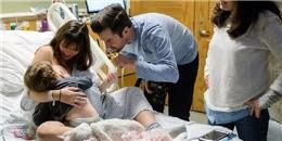Xúc động mạnh với hình ảnh mẹ cho bé lớn bú, trước khi bé nhỏ ra đời