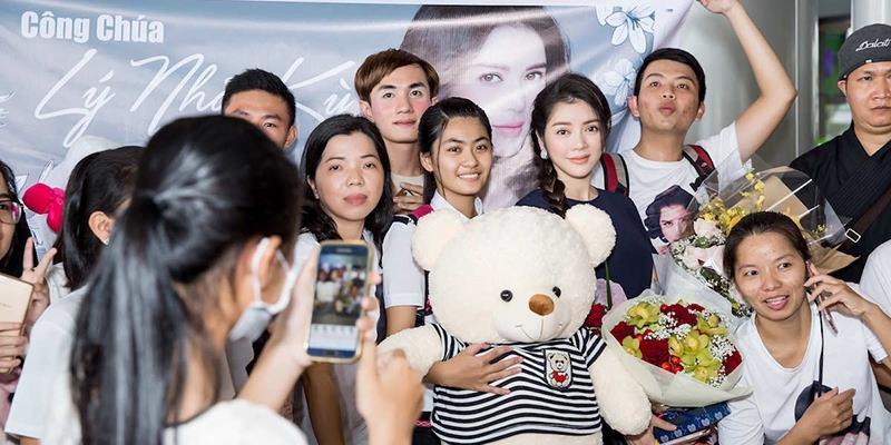 """yan.vn - tin sao, ngôi sao - Fan nồng nhiệt gọi """"công chúa Lý Nhã Kỳ"""" tại sân bay"""