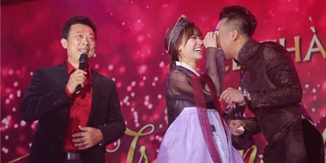 """Đôi vợ chồng trẻ Trấn Thành - Hari Won """"gục ngã"""" trước chủ hôn Vân Sơn"""