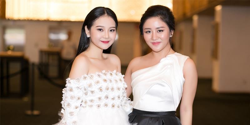 """Văn Mai Hương đọ dáng quyến rũ cùng """"Tiểu Angela Phương Trinh"""""""