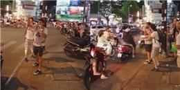Ấm lòng với việc 'bao đồng' của hai anh Tây giữa đường phố Sài Gòn
