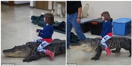 Hoảng hồn đoạn clip bé gái cưỡi… cá sấu thật tại tiệc sinh nhật