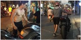 Anh chàng cởi trần khoe 6 múi, dắt xe 'khủng' giữa đường phố Sài Gòn