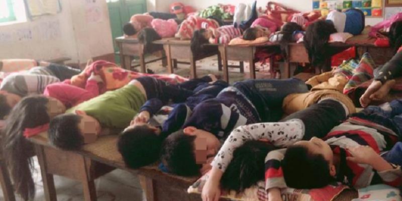 Đáng báo động học sinh tiểu học bán trú nam nữ nằm ngủ xen kẽ