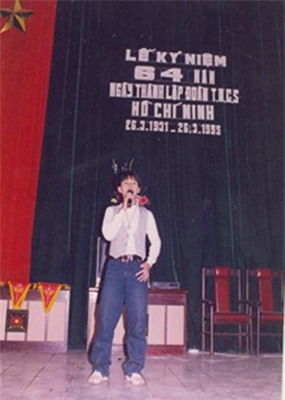 Tuấn Hưngđứng trên sân khấu của trường. - Tin sao Viet - Tin tuc sao Viet - Scandal sao Viet - Tin tuc cua Sao - Tin cua Sao