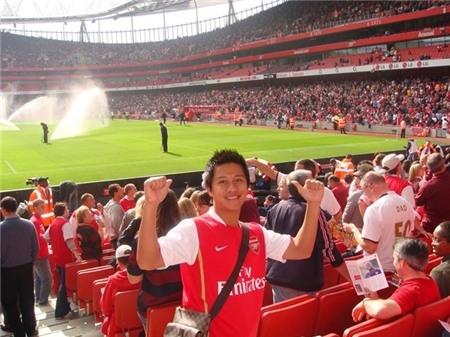 Không chỉ yêu ca hát, Tuấn Hưng rất đam mê bóng đá. Hình chụp khi lần đầu anh tới Emirates (Asenal). - Tin sao Viet - Tin tuc sao Viet - Scandal sao Viet - Tin tuc cua Sao - Tin cua Sao