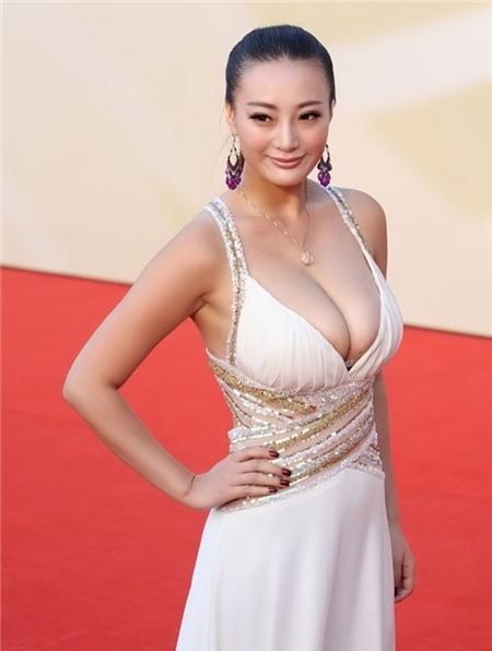 Trên thảm đỏ LHP Kim Kê Bách Hoa diễn ra tối 29/9, ngôi sao phim cấp 3 Vương Lý Đan Ni lại gây sốc.