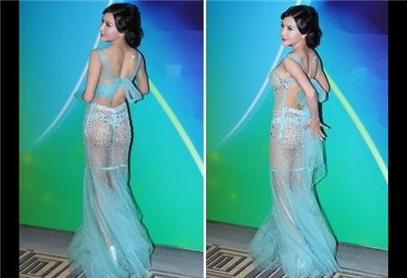 """Chiếc váy xuyên thấu để lộ vòng 1 được """"ngụy trang"""" bằng một miếng dán silicon nhỏ xíu và lộ quần chíp xanh bên trong."""