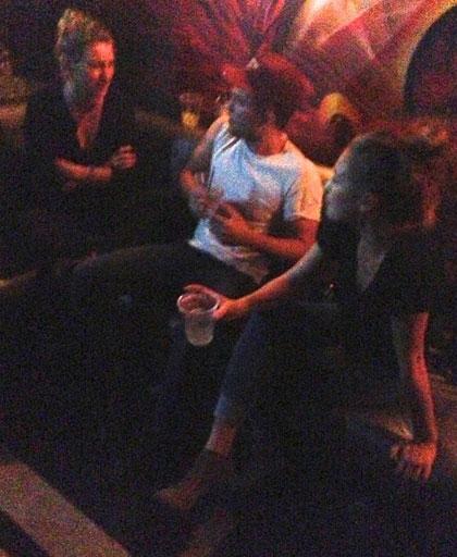 Robert và Dylan Penn tại câu lạc bộ Viper Room. Ảnh: Npg.