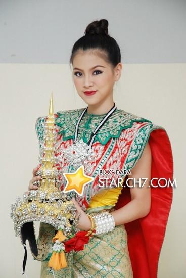 Dịu dàng, sang trọng, Baifern thu hút mọi ánh nhìn với bộ trang phục truyền thống Thái Lan.