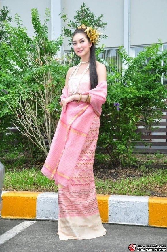 Được mệnh danh là hot girl kẹo ngọt của Thái Lan, Khemanit Jamikornluôn xuất hiện với diện mạo tươi trẻ và vô cùng thanh khiết.